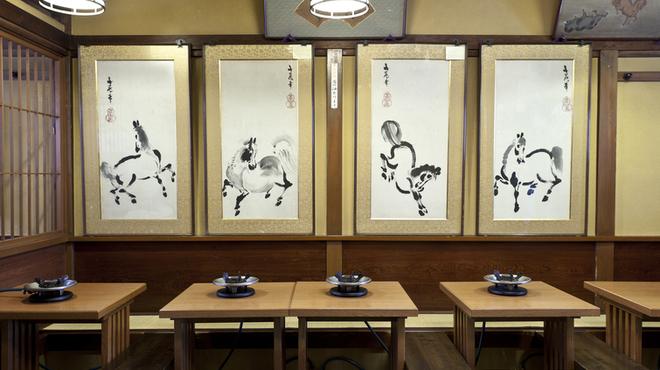 桜なべ 中江 - 内観写真:1階に飾ってある四季の馬の絵
