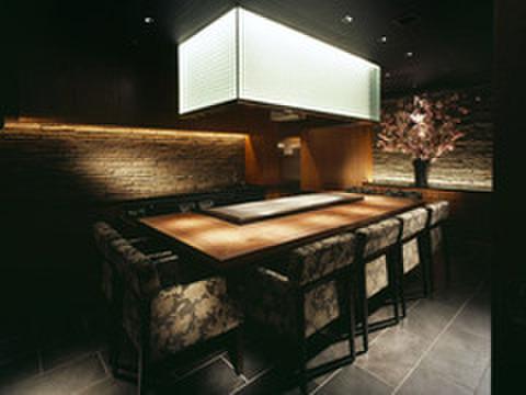 神戸プレジール - 内観写真:専任のシェフとの会話も弾む鉄板焼専用個室。プライベートな集まりにも重宝されます。