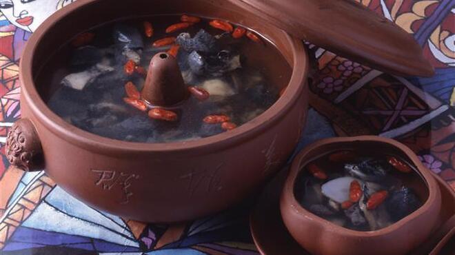御膳房 - 料理写真:天麻入り烏骨鶏の薬膳スープ 1050円