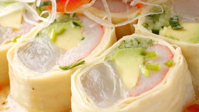 神楽坂 おいしんぼ - 料理写真:人気の湯葉春巻きなど楽しめるのは「女子会コース」