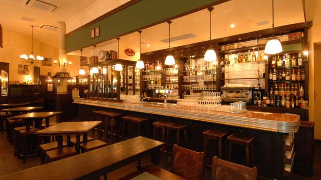 ベルジアン ブラッスリーコート アントワープ シックス - 内観写真:華麗なビールサーブが見られます。