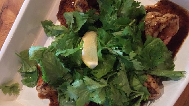 DobuRoku かに・えび・酒 - 料理写真:えびのブラックペッパー炒めパクチーのせ