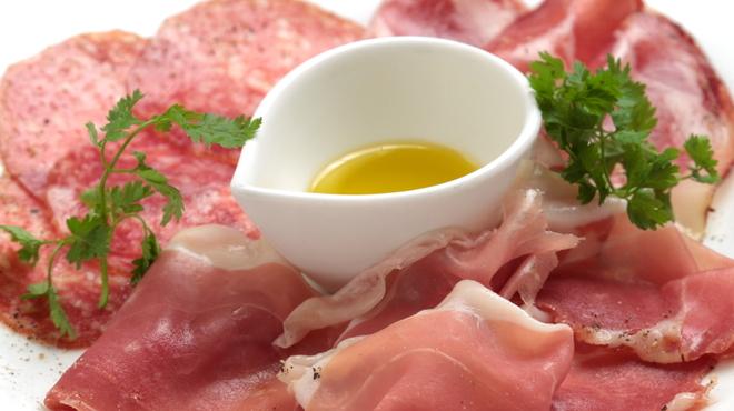 タック キッチン - 料理写真:生ハムとサラミの盛り合わせ★ワインとご一緒に…