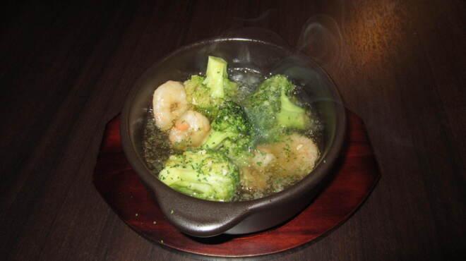 ワインカフェ - 料理写真:海老とブロッコリーのアヒージョ アツアツをお召し上がり下さい
