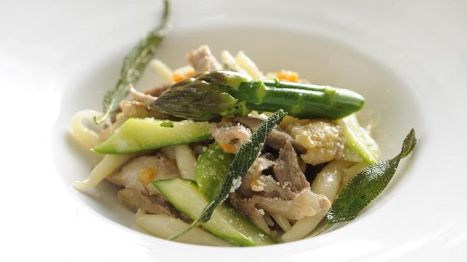カルネリーナ - 料理写真:自家製トロフィエ ホロホロ鶏の白ワイン煮込み