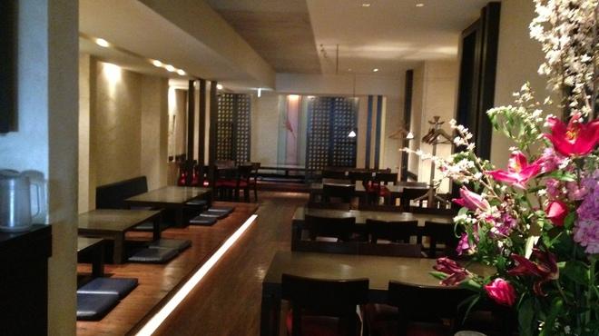 レストラン満奈多 - 内観写真:入り口からのホール写真。大きな生け花がお迎えします。