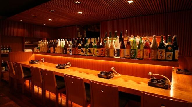 博多もつ鍋 山笠 - 内観写真:カウンター席には、名酒、人気酒、梅酒がずらり。