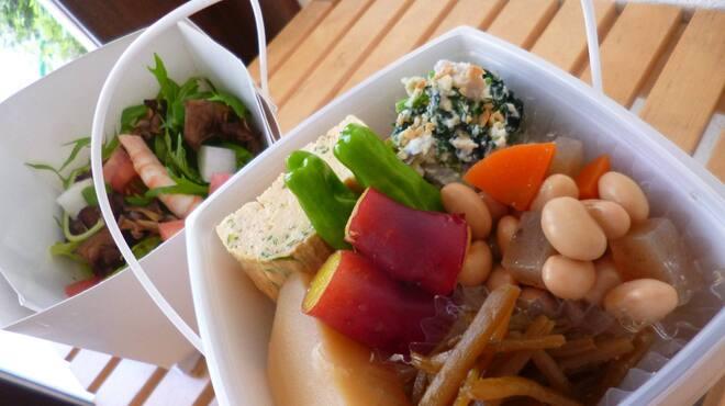 イシノナカ - 料理写真:たっぷりお惣菜の2段どんぶり弁当 ¥850~