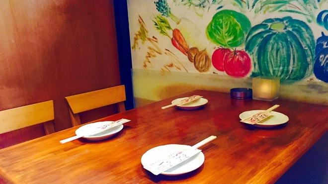 千や - 内観写真:1Fテーブル席。 しっぽりした半個室2〜3名様