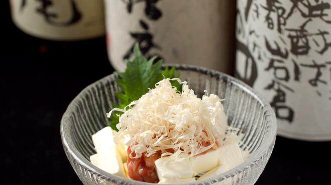 ○気 - 料理写真:鰹酒盗とクリームチーズ。意外な組み合わせで一杯。