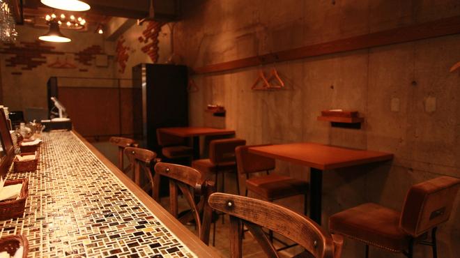 (La Fabbrica Della Pasta) Quel - 内観写真:カウンターはお洒落なガラスのモザイクタイル