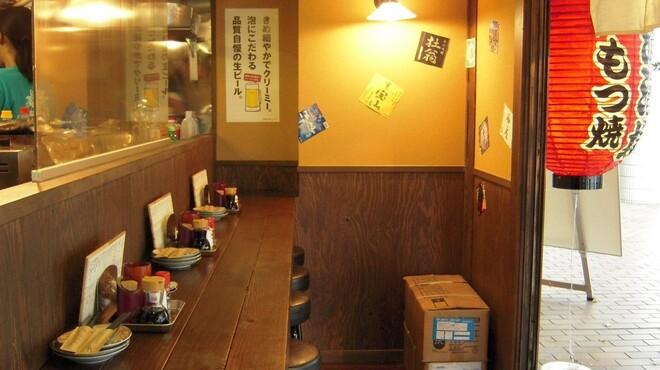 品濃酒場 - 内観写真:暖簾をくぐるとすぐカウンター。1人でさくっと飲んで帰る、そんな貴方にぴったり。