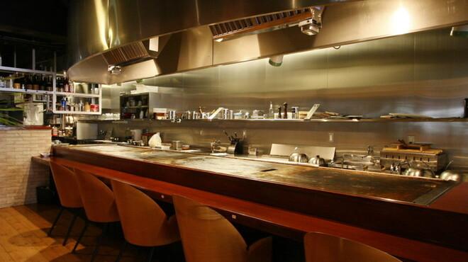 HONANA - 内観写真:店内中央に位置する巨大な鉄板、キッチンもオープンでとても安心!