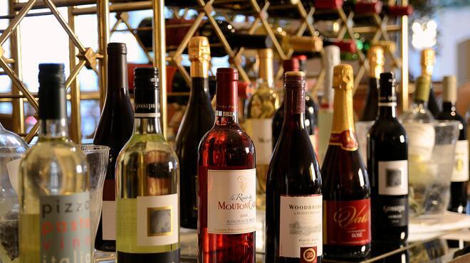 ブラッセリー 「チェッカーズ」 - ドリンク写真:ワインメニューも充実しています。