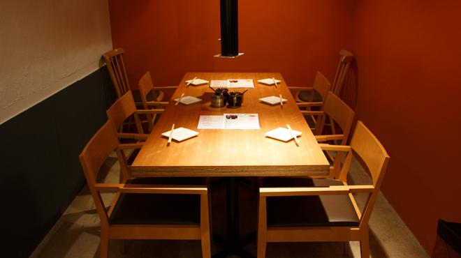 塩ホルモン 獅子丸 - 内観写真:テーブル6名様席