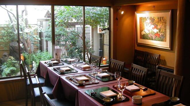 神楽坂 和らく - 内観写真:庭を眺めてゆったりお食事を。