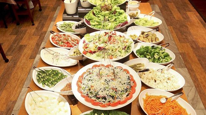 バルバッコア - 料理写真:店内中央には、約40種類の新鮮な野菜を並べたサラダ・ブッフェ