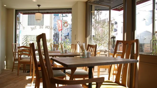Kunitachi Tea House - 内観写真:日の差し込む店内です。