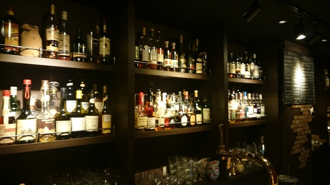 バーレオン - 内観写真:300種類以上のウィスキー、カルバドス