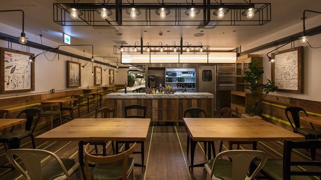 サラダレストラン Mr.&Mrs.GREEN - 内観写真:カウンターを抜けると、そこには広い店内が。
