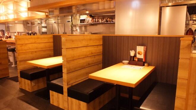 丸鶏素揚 ひなまる - 内観写真:ゆったりできるボックス席もあります♪