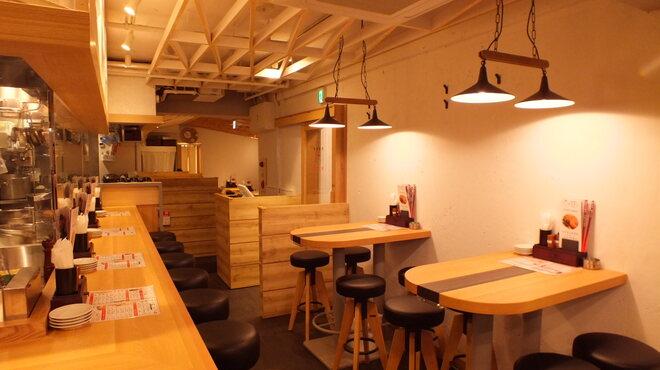 丸鶏素揚 ひなまる - 内観写真:店内は女性も居心地のいいカフェ風!