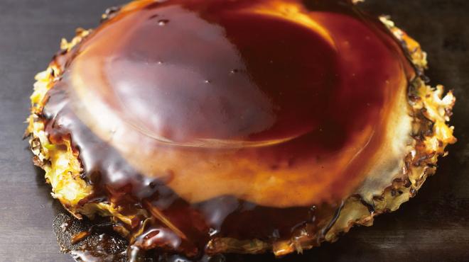 鶴橋風月 - 料理写真:本物のお好み焼き、ここに極まれり。プロのテコさばきはライブ感覚で・・・。