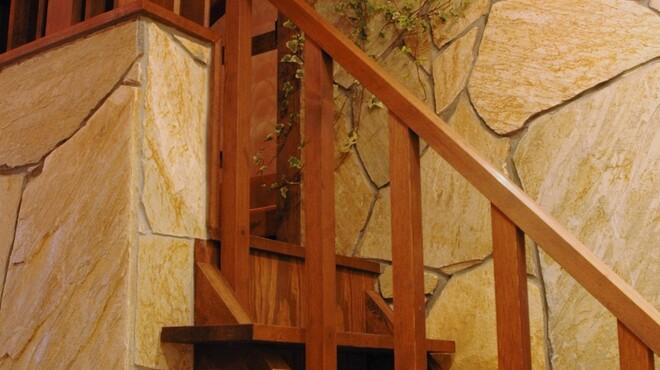 サザンウインドウ - 内観写真:階段を登るとそこにはロフト席があります