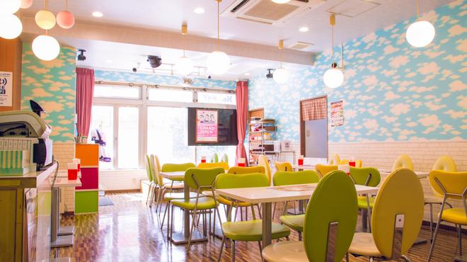 めいどりーみん - 内観写真:秋葉原の電気街口が望める開放感のある店内とステージが特徴!!