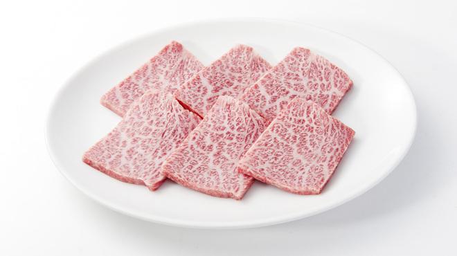 焼肉チャンピオン - 料理写真:ふんだんにサシが入ったA5和牛。口の中でとろけます。