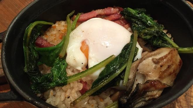 ルタン - 料理写真:牡蠣、ベーコン、ほうれん草、半熟卵のストゥーブ鍋ご飯