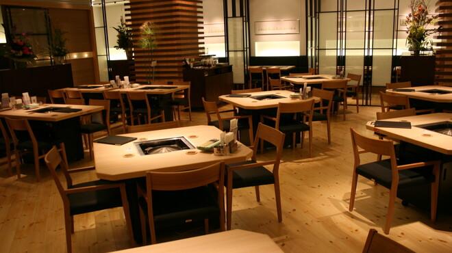 松尾ジンギスカン - 内観写真:木のぬくもりが感じられる落ち着いた店内