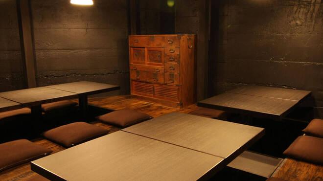 炉端のぬる燗 佐藤 - 内観写真:掘りごたつは3テーブルで最大宴会16名様ご利用頂けます