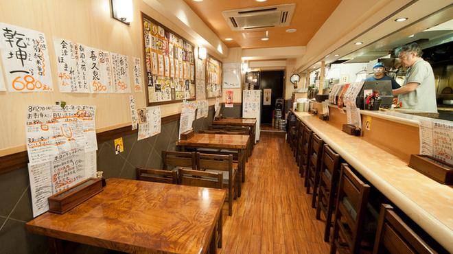 さかなの目玉 - 内観写真:店主と魚の話がはずむカウンター席も人気