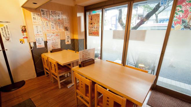 さかなの目玉 - 内観写真:3名様以上は大きなテーブルで広々と