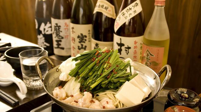 元祖博多麺もつ屋 - 料理写真:麺もつ醤油味 950円(1人前/ハーフ750円) お好みで白ゴマや黒ゴマ、鷹の爪を入れる。