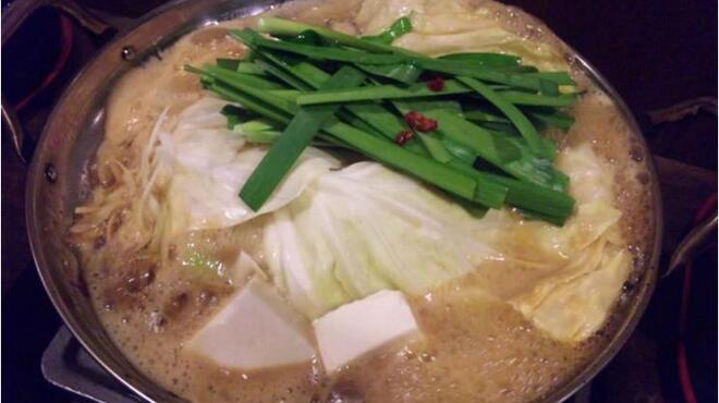 元祖博多麺もつ屋 - 料理写真:ぐつぐつ煮込まれる麺もつはお店の方で火加減を調節してくれる。