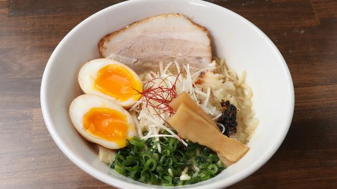 麺ヒーロー - 料理写真:当店いちおし!味玉入り鶏白湯らーめん