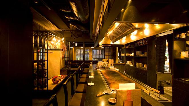 だるまさん 1丁目 - 内観写真:目の前の鉄板でお料理が焼かれていく手さばきを見るのも楽しいカウンター席