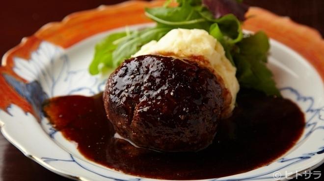 加藤牛肉店 - 料理写真:ポテトサラダと一緒に。名物の『ハンバーグ』