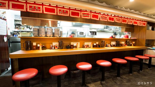 元祖赤のれん 節ちゃんラーメン - 内観写真:赤い暖簾がとても良い雰囲気をかもしだすカウンター席