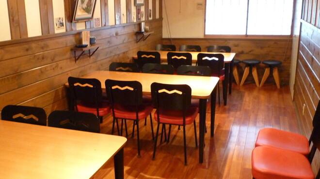 髭政 - 内観写真:2階テーブル席はグループで貸し切ることも可能。不定期でライブが開催されることも。