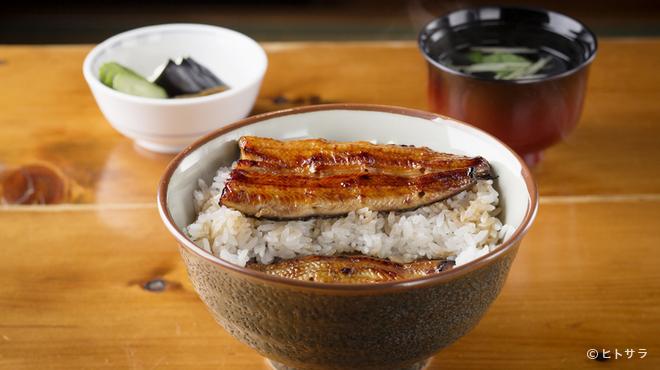 川栄 - 料理写真:食べ進めると中からもう一枚蒲焼きがあらわれる贅沢な鰻丼『しのび丼(特)』
