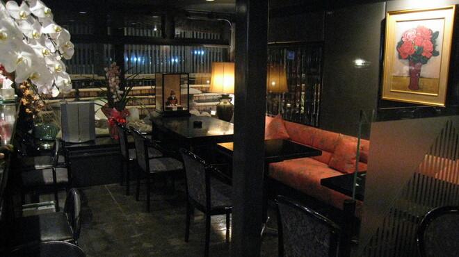 六本木 福鮨 - 内観写真:バーラウンジ。食前酒、そしてお食後のデザート・コーヒーをお召し上がり頂けます。