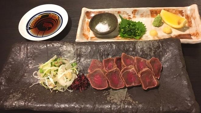 炉端のぬる燗 佐藤 - 料理写真:名物わら焼き牛たたき