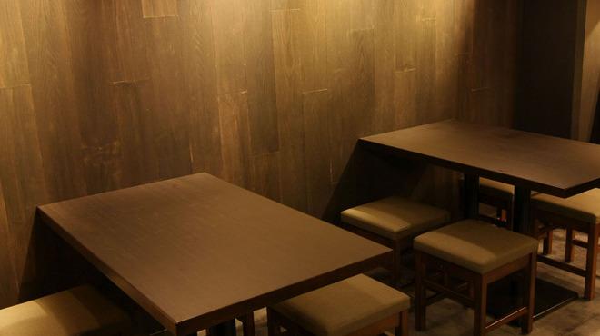 炉端のぬる燗 佐藤 - 内観写真:4名掛けのテーブル席は2席