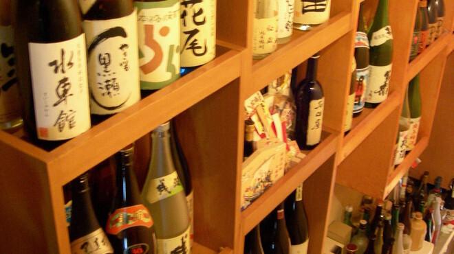 麻布十番 さくら 鳥居坂 - 外観写真:ドアを開けると焼酎がずらり並んでいます。