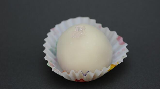 松竹堂 - 料理写真:イチゴ餅、松竹堂が世間に知られるようになったきっかけがこのお菓子、イチゴの酸味と白餡の甘い味のコラボは食べだしたら止まらなくなります