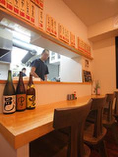 やきとり山鳥 - 内観写真:ゆったりした椅子と明るいカウンター席。オープンキッチンで従業員と楽しい会話も!