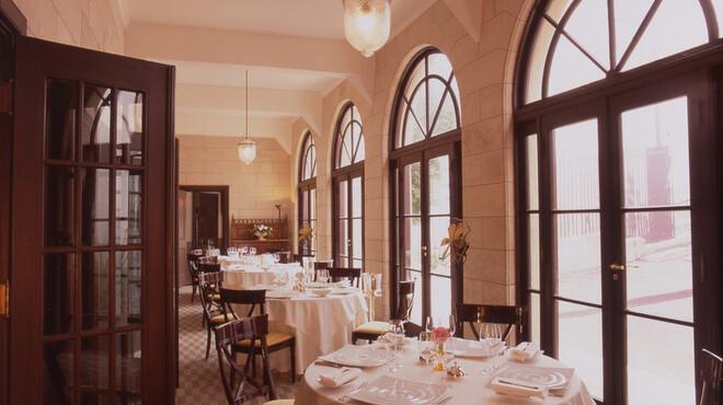 小笠原伯爵邸 - 内観写真:優しい光が差し込むテラス的も人気です